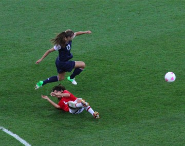 Alex Morgan flying to get the ball